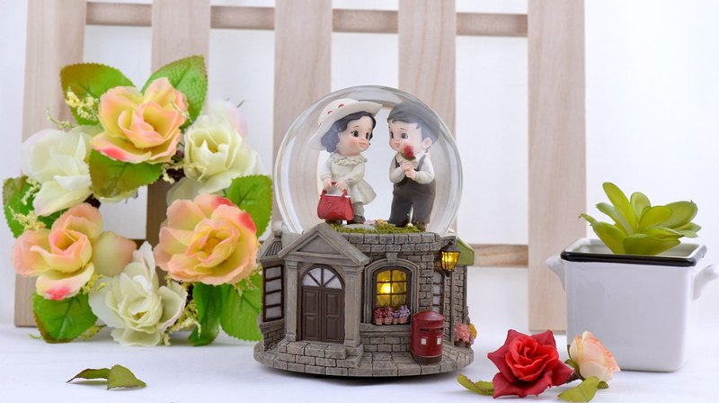 Two little guessing roses about crystal ball music box Valentine's Day gift wedding gift