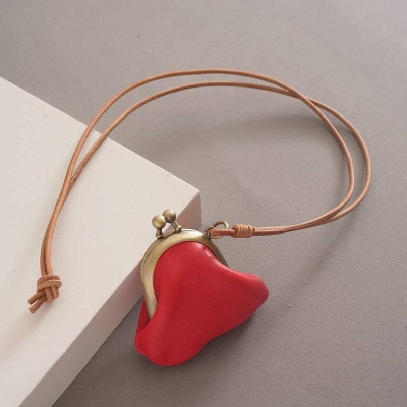 """RENÉE"" mini-mouth long gold necklace, plant tanning carved leather / vegetable tanning / vegetable tanning warm red"