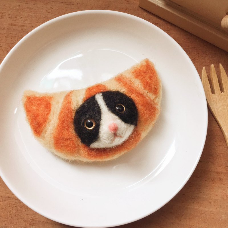 Bread Meowble - Benz Croissant cat face brooch