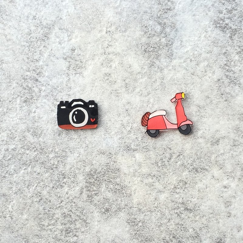 Pista Mound Hand-painted Earrings / Travel - Camera + Locomotive