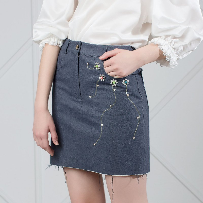 Floral Embroidred Denim Mini Skirt With Raw Hem