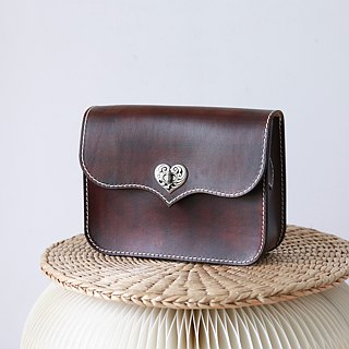【Tangentialism】 pure hand-dyed hand-sewn vegetable-tanned leather leather bag Saddle bag ladies shoulder bag heart-shaped tweezers chocolate color