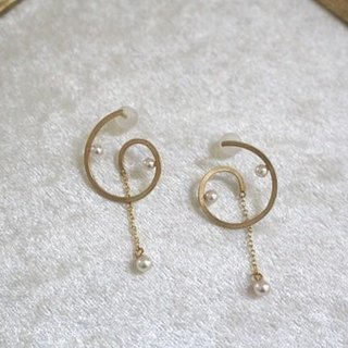 Akoya Pearl of the spiral earrings (gold color)