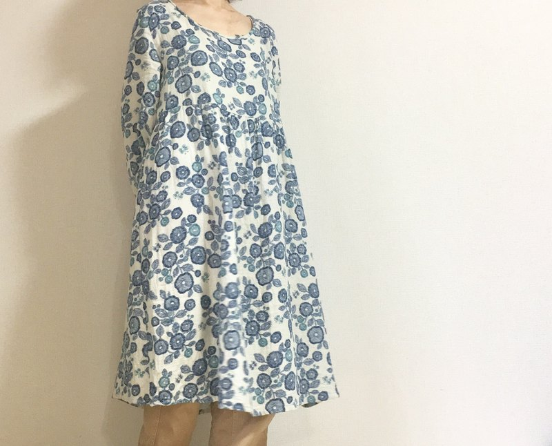 Embroidery style * Flower pattern dress * Gathers sleeve * Scandinavian style * Flower butter * Long sleeve * Ivory