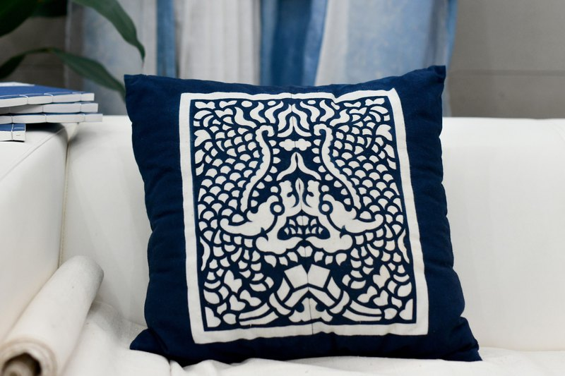 Handmade ethnic Chinese plant dyed blue dyed disc buckle clip 缬 pillow pillow cushion with pillow core