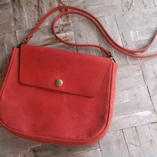 Leather shoulder bag with linked leather strap