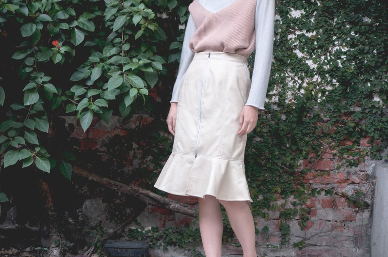 Mu Yu: beige white faux leather stitching fishtail skirt