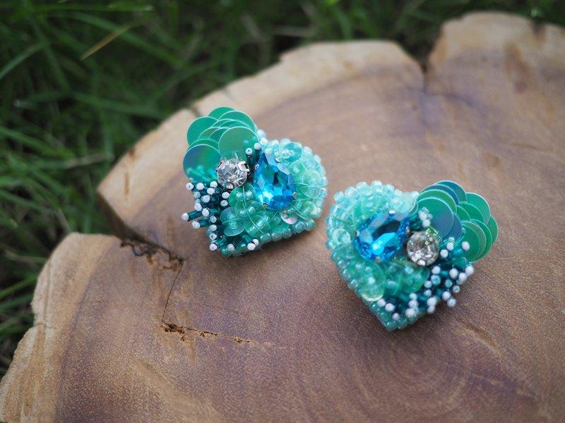 刺繡綠色心形耳環 耳釘和夾式耳環