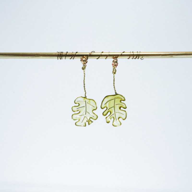 Turtle leaf resin earrings ear pin / ear clip