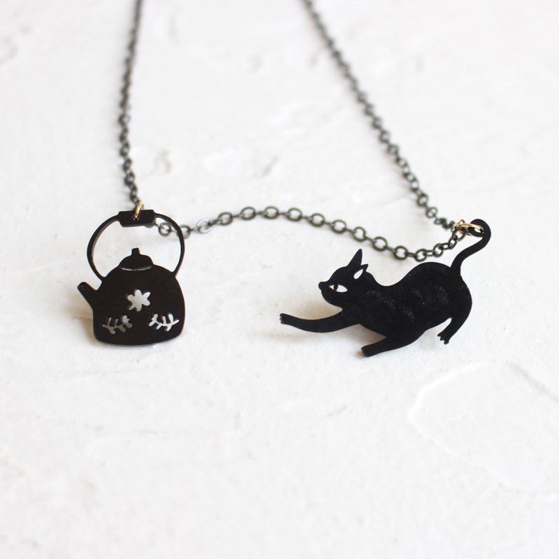 Black Cat & Teapot hammered brass black necklace II Story_Teatime