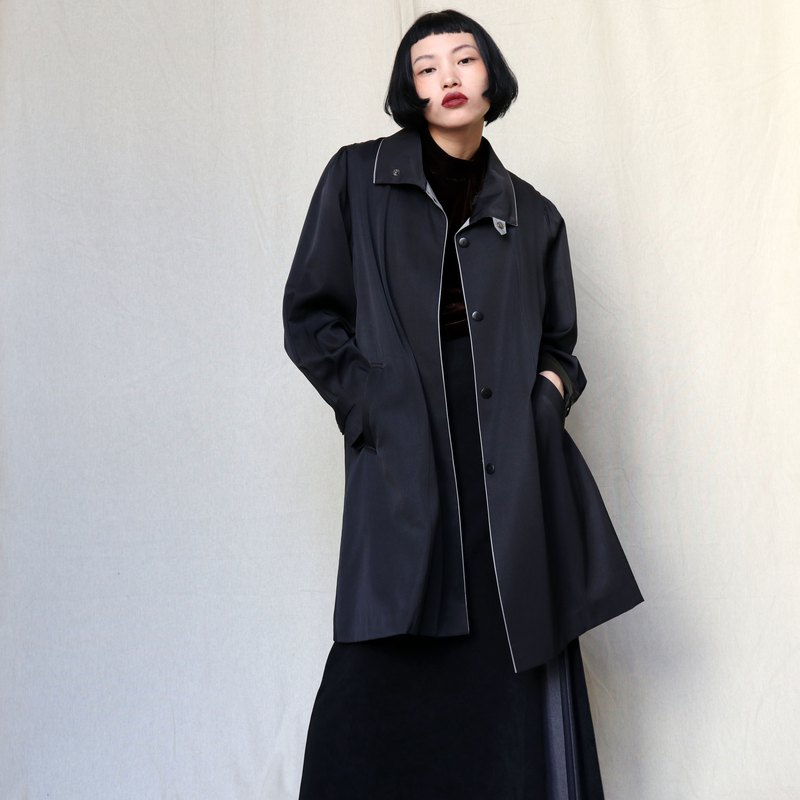 Pumpkin Vintage. Ancient black pleated long trench coat