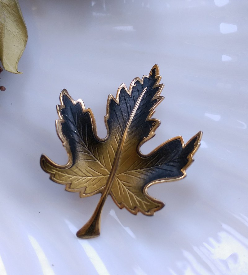 [Western antique jewelry / old age] fine gradual veins maple leaf pin