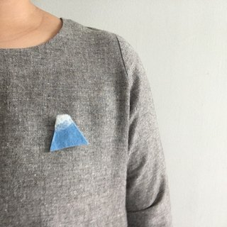 Handmade wool felt brooch : mountain