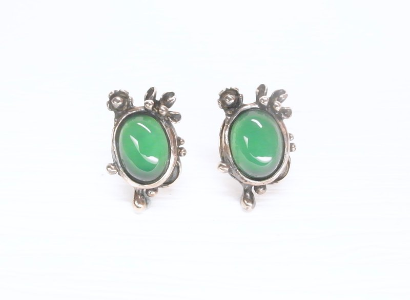 Ermao silver [morning dew inlaid - petal drop design earrings] through the green agate. Sterling silver. a pair
