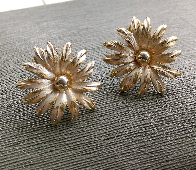 [Western antique jewelry / old age] 1970's brush white flower clip earrings