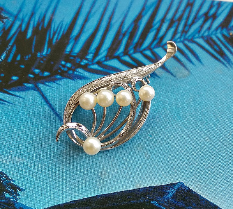 Western antique jewelry. Love elegant pearl leaf brooch