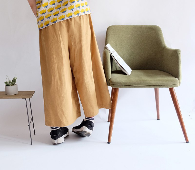 Pocket khaki nine-point wide pants in front