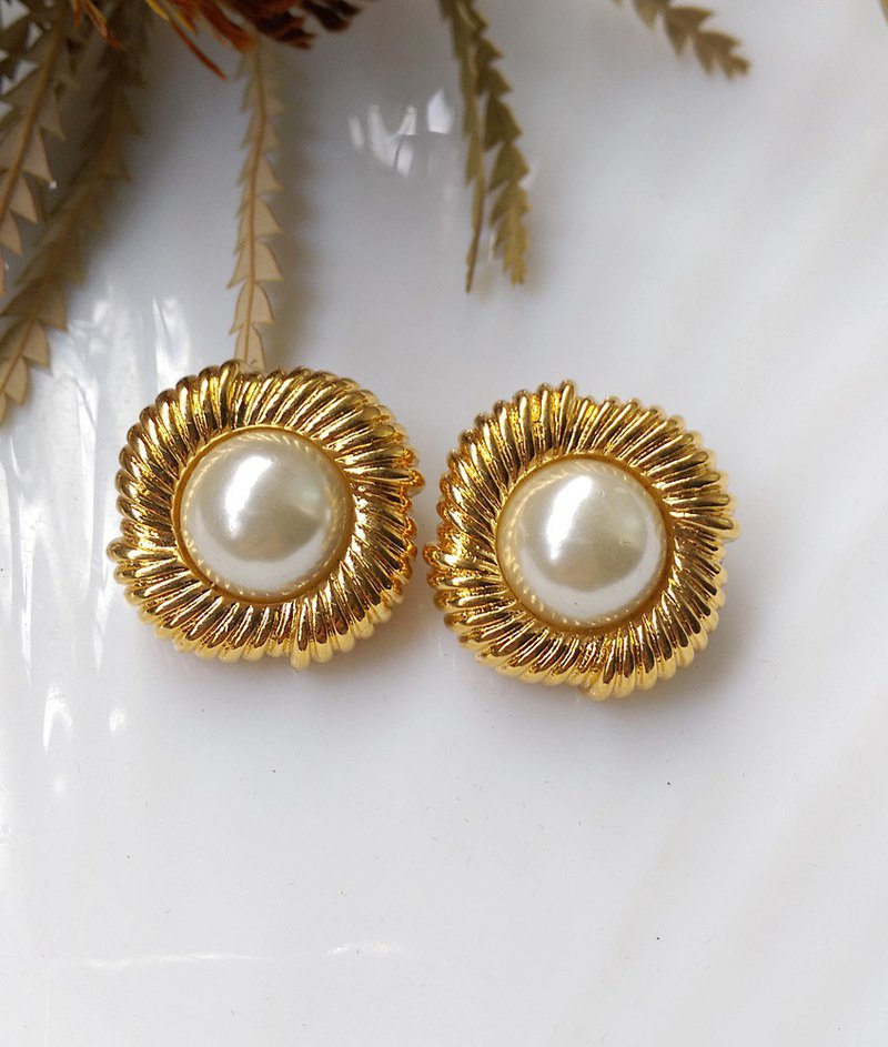 [Western antique jewelry / old age] 1970s elegant gold circle pearl clip earrings