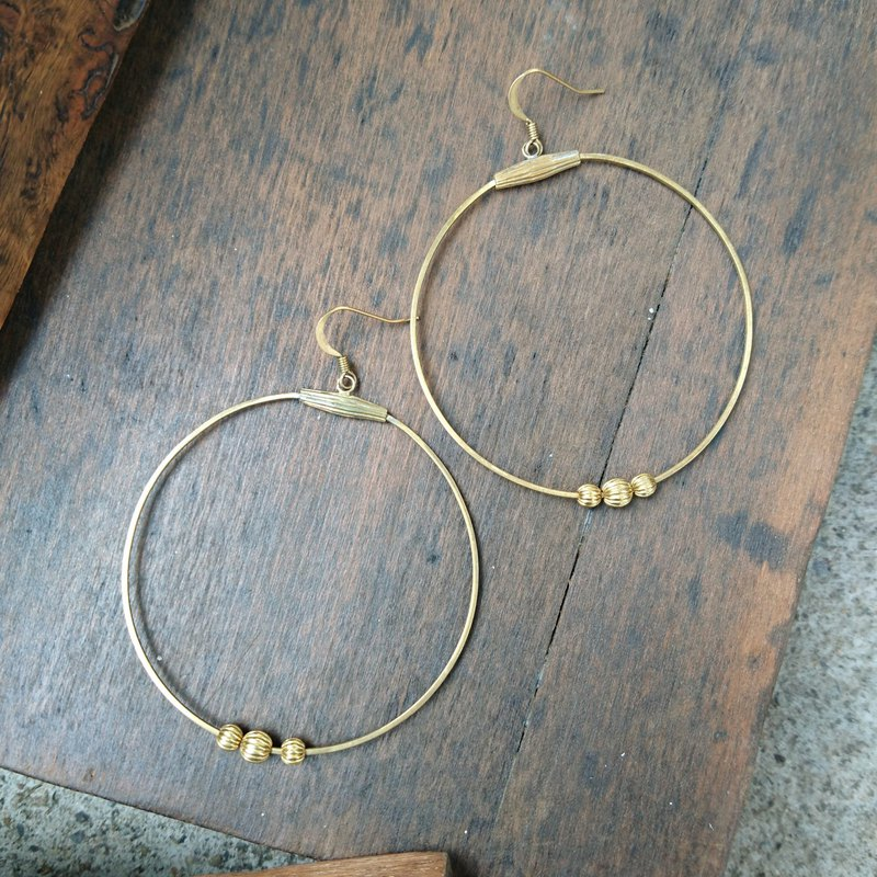 BZ252: brass hoop hook earrings.