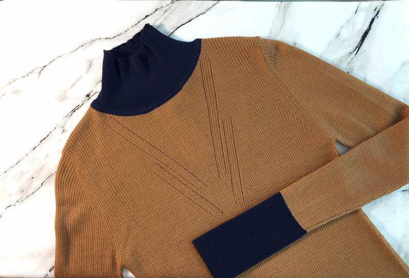 Color-block fine wool knit top / Caramel + Navy