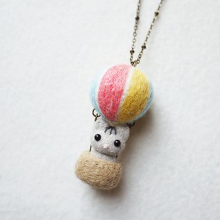 Petwoolfelt - Needle-felted Sky Travel Cat (necklace/bag charm)
