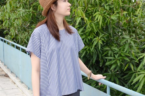 [HIKIDASHI] round neck blue striped top
