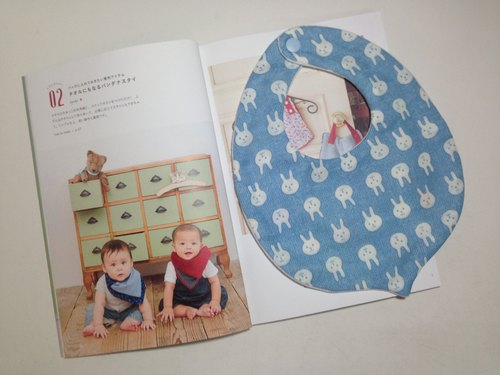 : Japanese small rabbit breathable bibs (temperament light blue):