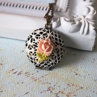 Box necklace with pink roses