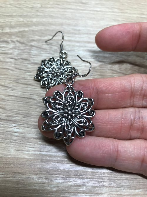 Silver Flower Earrings Anti-allergic Hollow Carving Retro Frosty Wind Classical Beauty Vintage Literary sense