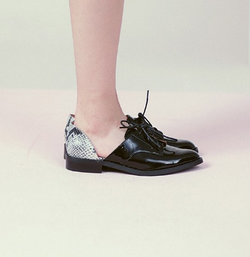 】 【Display clear side dug personality strap leather shoes Black Snake