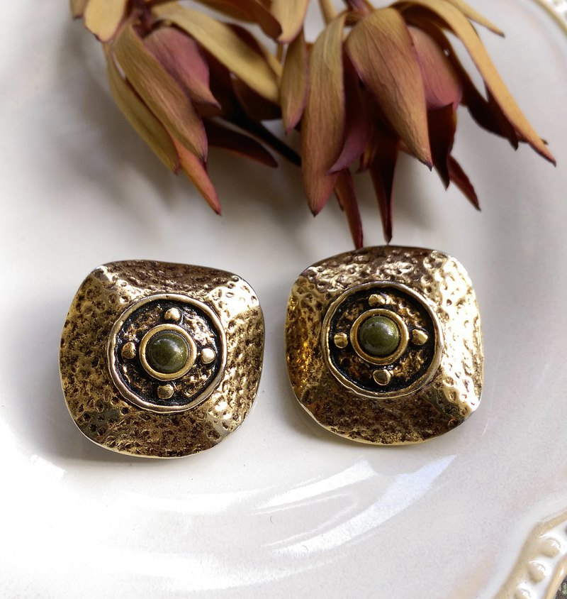 [Western antique jewelry / old age] 1980's old time green stone clip earrings