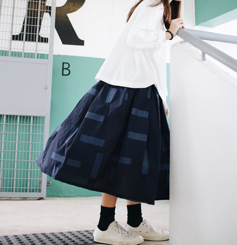 Horizontal straight fold skirt