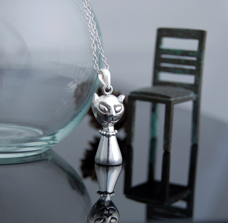 Strange cat (silver necklace)