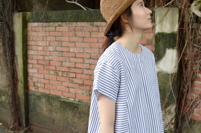 [HIKIDASHI] round neck white striped shirt