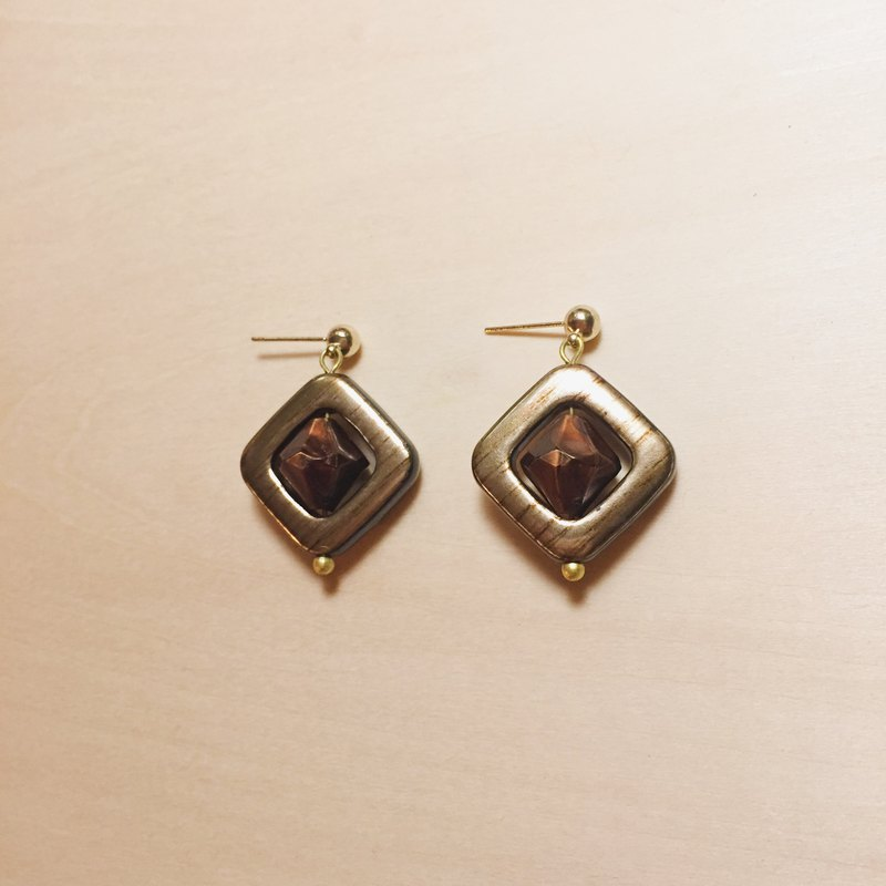 Vintage brown three-dimensional diamond earrings