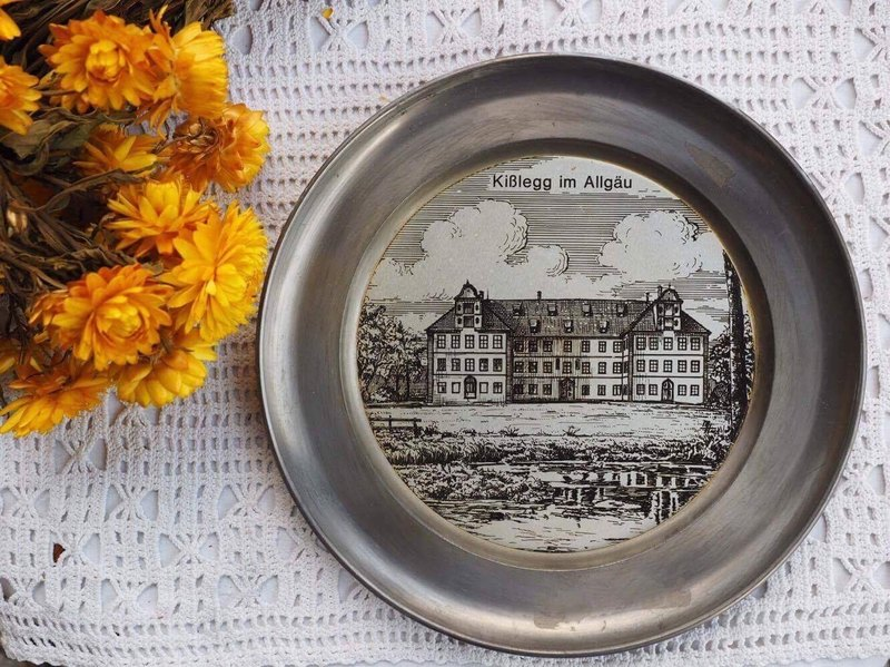 European tin round German town christmas commemorative wall (JS)
