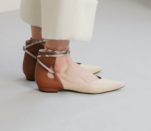 Thin curved arc around the ankle leather pointed shoes brown