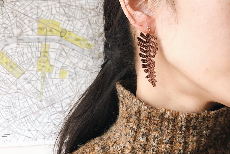 [endorphin] embroidery thread braided fern leaf brass earrings