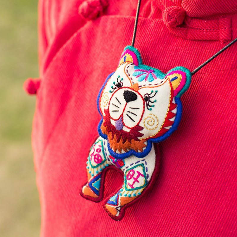 Wangfusongshi | Hand-embroidered original high-end dog necklace Guizhou Miao embroidery long sweater chain I and the story of fat pine Sen girlfriend dog year Benming gift wooden beads Turquoise