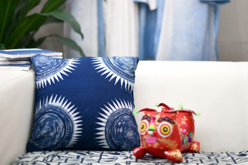 Handmade ethnic Chinese plant dyed blue dyed batik geometric pattern pillow pillow cushion with pillow core