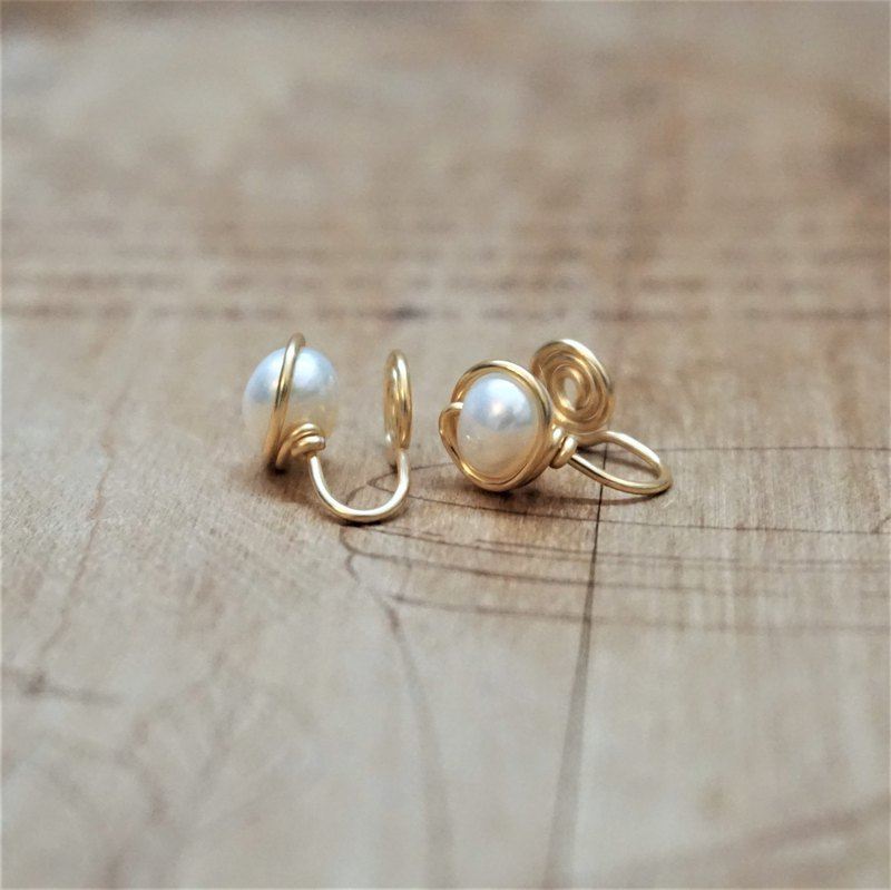 << Gold wire frame ear clips - freshwater pearls >> Freshwater pearl painless ear clips (with ear needles)