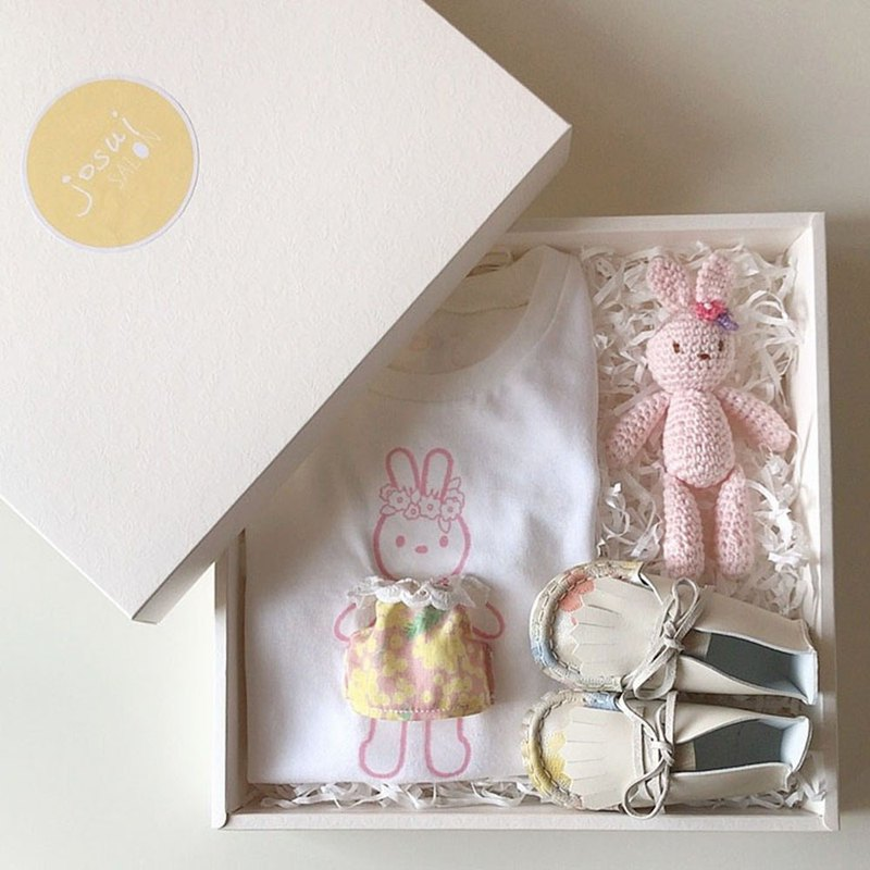 Carrying a toy rabbit and leather toddler shoes special combination birthday gift box