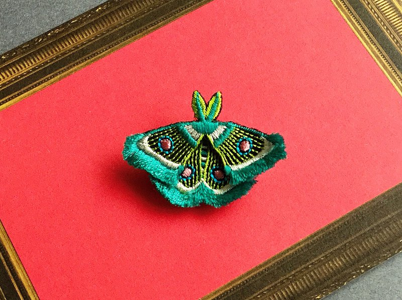 ARRO / Embroidery brooch / moth / green