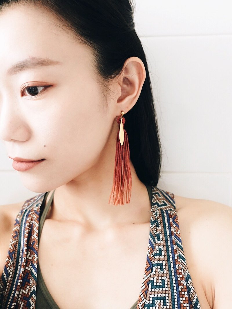 [endorphin] hand dyed gradient tassel brass earrings (sunset red)