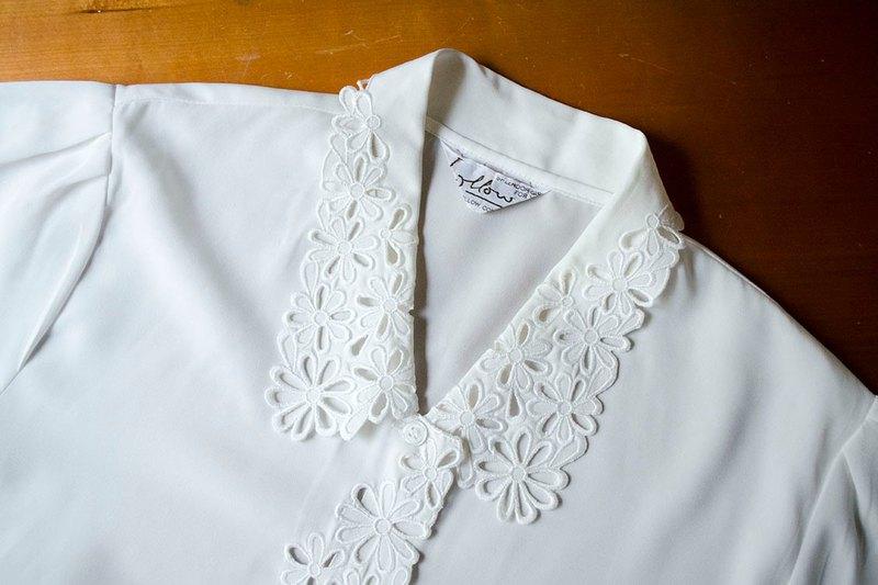 Pure white lace embroidery hollow flower collar wave retro chiffon shirt shirt | vintage vintage