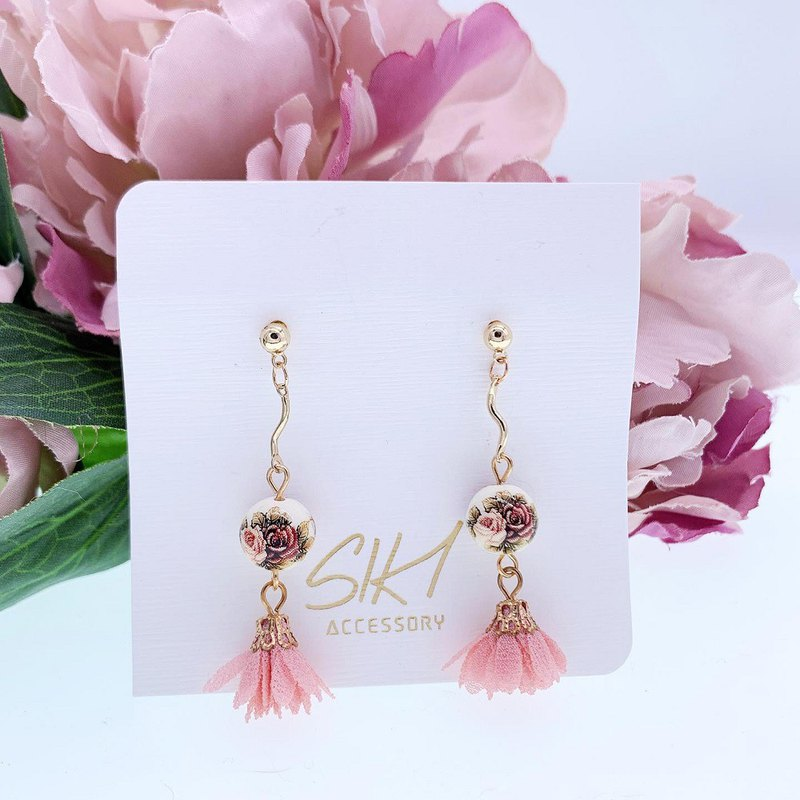[turnable ear clip] Japanese entrance painted beads with small flower tassel earrings