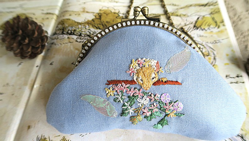 Embroider a daughter's gold bag for a lifetime worthy of a lifetime