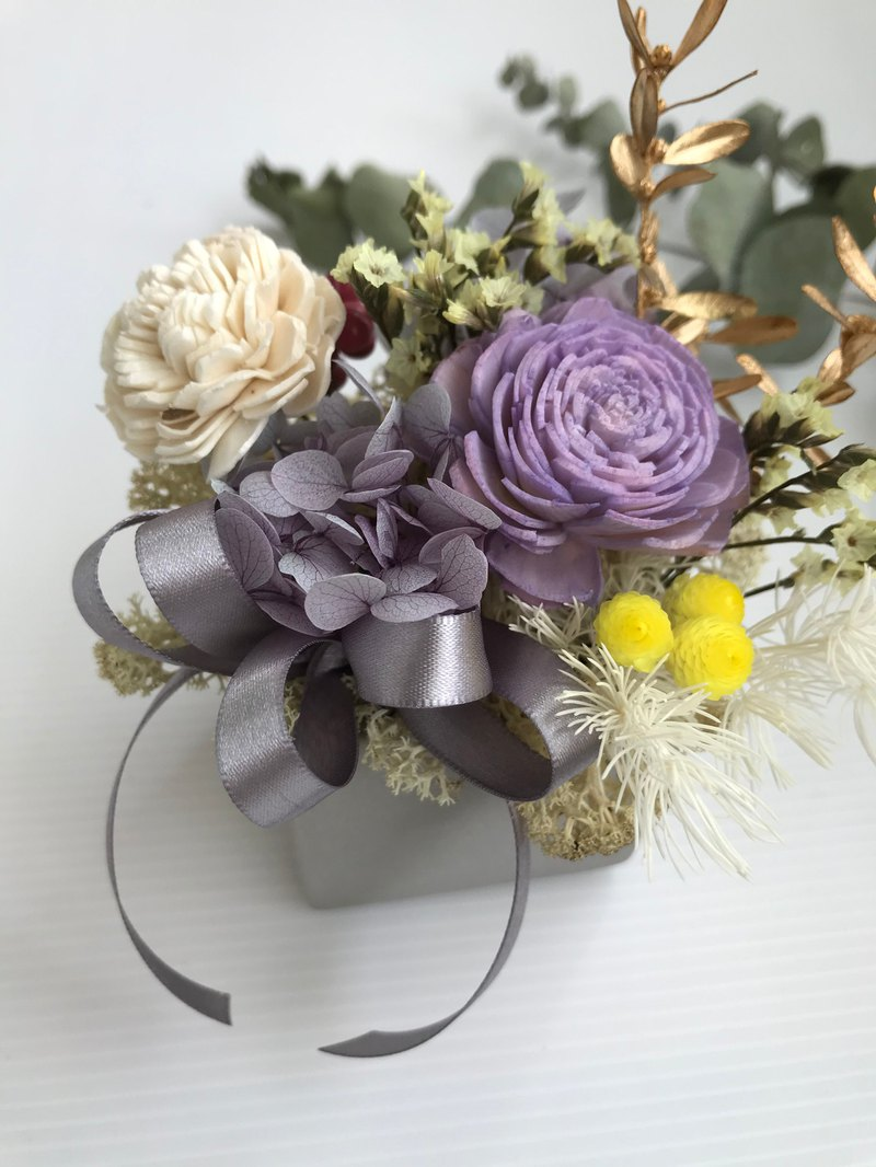 Light purple dry flower with gray potted flower