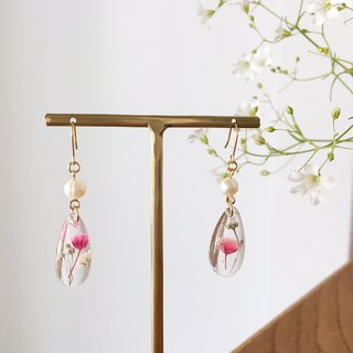 Swing drop shape earrings of babys breath and freshwater pearl (Gold)