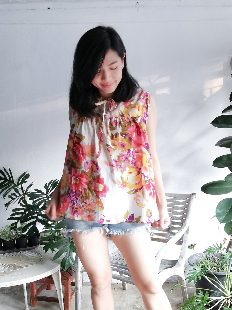 Floral loose sleeveless blouse